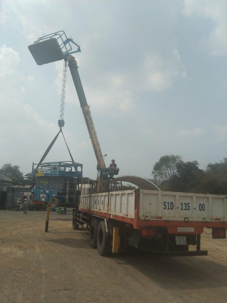 Cẩu vận chuyển và cho thuê xe nâng người công ty Lan Anh Bình dương LH 0916357499